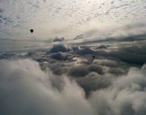 skrydis oro balionu virs debesu